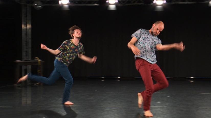 Männer tanzen